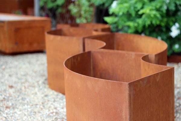 Metall Trockenmauer von ums Metall aus Cortenstahl.