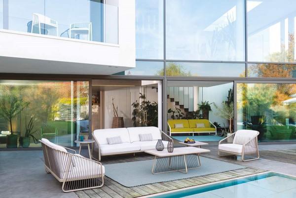 """Coro """"Sally"""" Lounge-Sofa XL auf der Terrasse im Loft"""