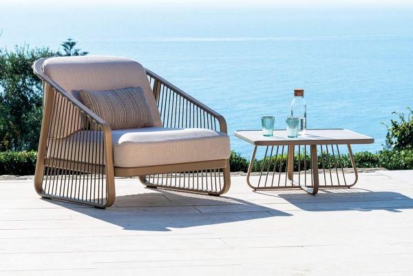 """Coro """"Sally"""" Lounge-Sessel mit Beistelltisch am Meer"""